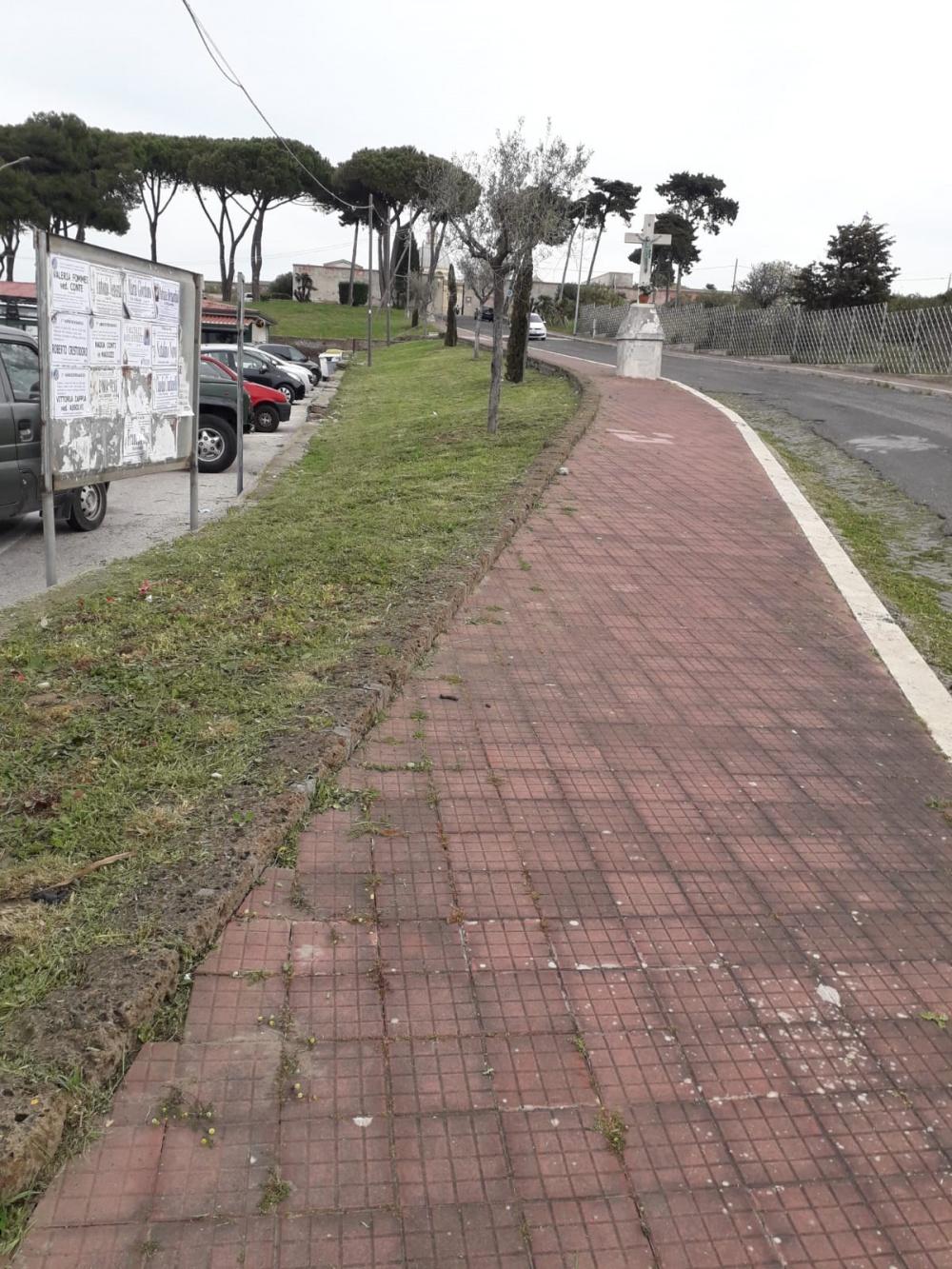 Il vialetto di accesso al cimitero civico.